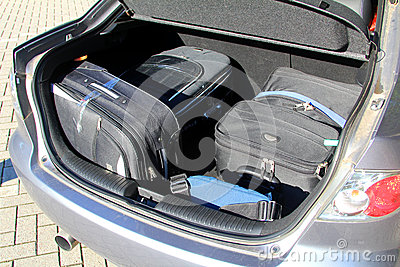 Malas de viagem em um portador de bagagem do carro