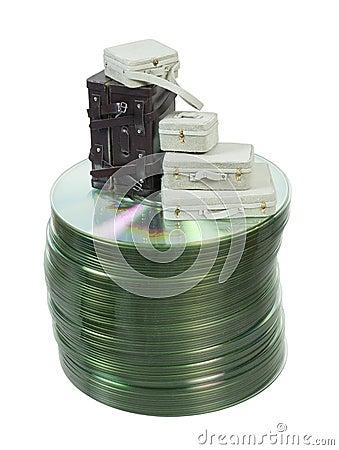 Malas de viagem em uma pilha de discos