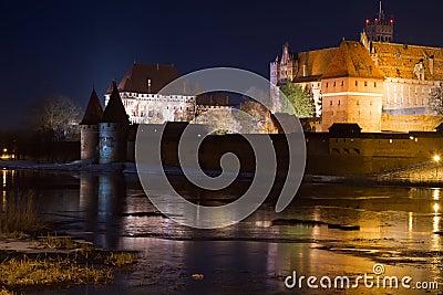 城堡malbork晚上
