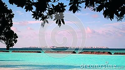 maldives Mening bij Mannelijke stad van een dichtbijgelegen eiland stock video