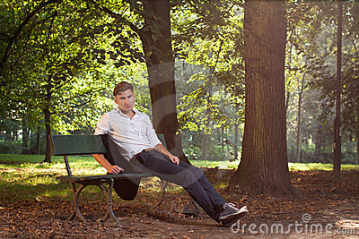 Male model sitting för bänk