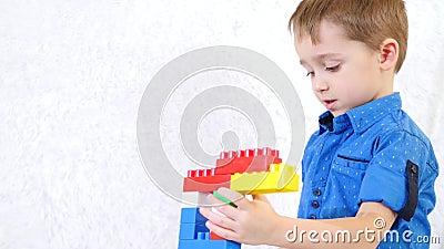 Mali dzieci bawią się bawić się z kolorów blokami projektant Bezwolne gry dzieci rozwojowy Portret chłopiec zbiory