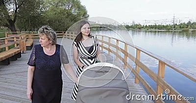 Mamã com a filha na lagoa video estoque