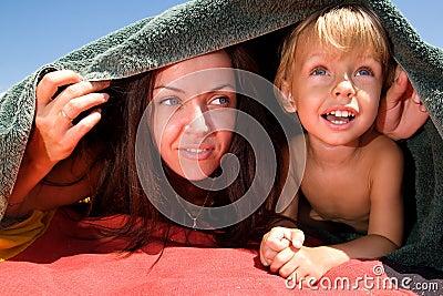 Mamã que joga o hide-and-seek com seu filho