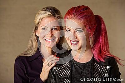 Mamã e adolescente alegres