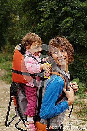 Mama con el bebé en el bosque