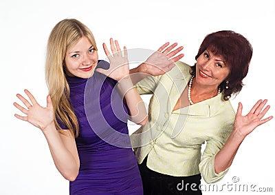 Mama e hija adultas en blanco