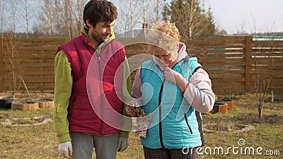 Mamma e figlio in giardino in primavera stock footage
