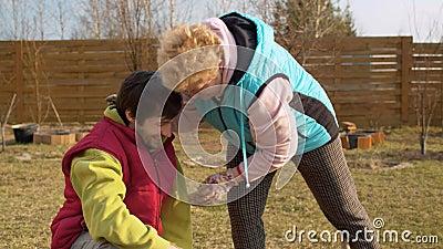 Mamma e figlio in giardino in primavera video d archivio
