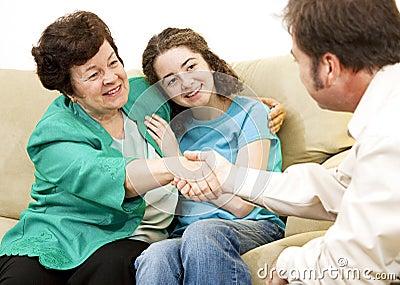 Mamma e teenager con il consulente