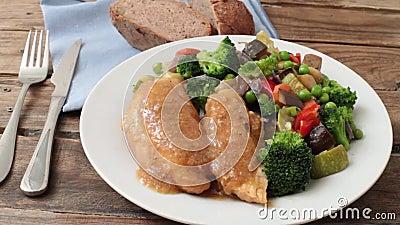 Mammella di pollo con sugo video d archivio