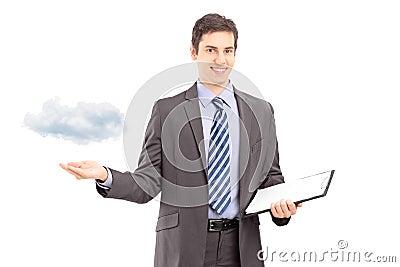 Man att rymma en skrivplatta och att göra en gest med handen som symboliserar clo