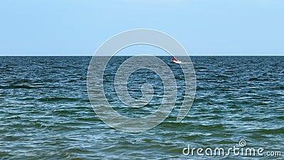 Man in een boot in de Zwarte Zee stock footage