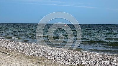 Man in een boot in de Zwarte Zee stock videobeelden