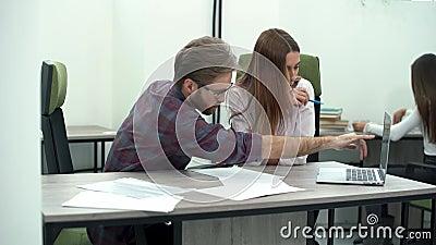 Man en vrouwen het werk in comfortabel modern bureau met laptop Het werk proces stock footage