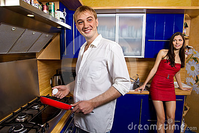 Man frying eggs for his girlfriend