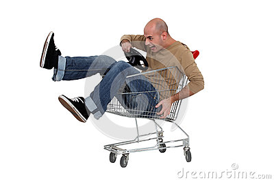 Man i en shoppingtrolley