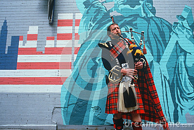 Man in kilt playing bagpipes i Editorial Photography