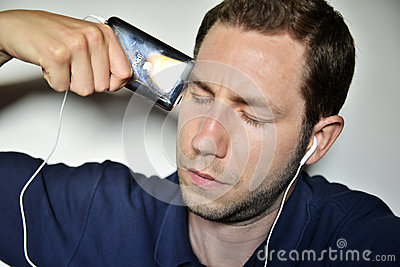 Man listening ipod Editorial Stock Image