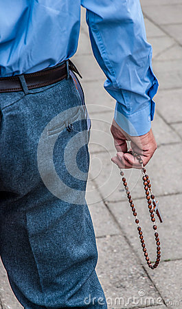 Man pray the rosary