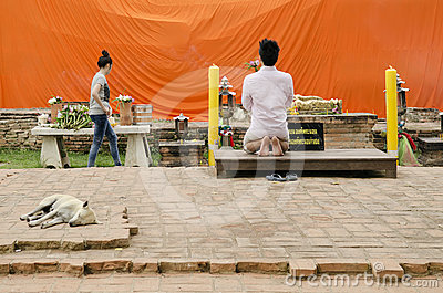 Man praying at buddhist shrine ayutthaya thailand Editorial Stock Photo