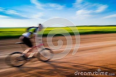 Man som cyklar i rörelse