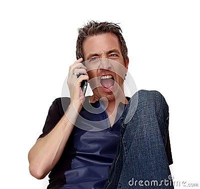 Man som ropar på telefonen