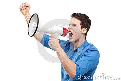 Man som ropar till och med megafonen