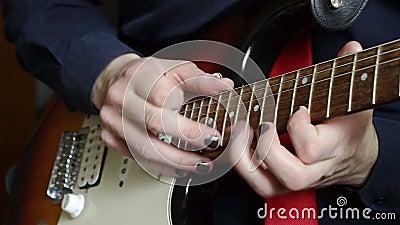 Man som spelar knackning på gitarren lager videofilmer