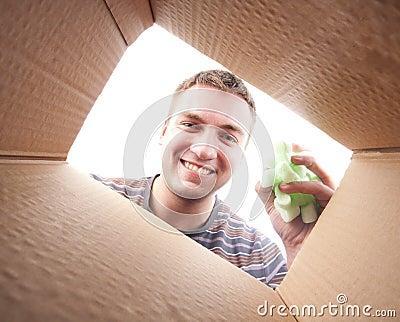 Man throwing packing polyfoam into cardboard box