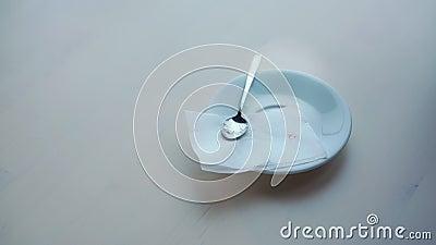 Man trinkt köstlichen Espresso aus der kleinen weißen Tasse in der Nähe stock footage