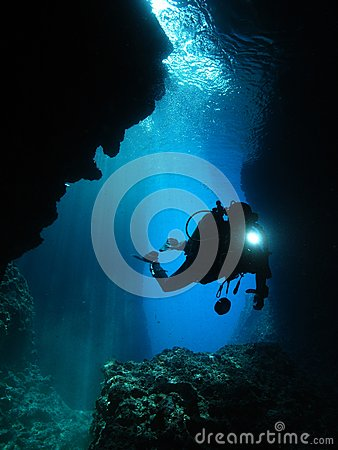 Free Man Underwater Photographer Scuba Diving Cave Royalty Free Stock Photos - 29631548