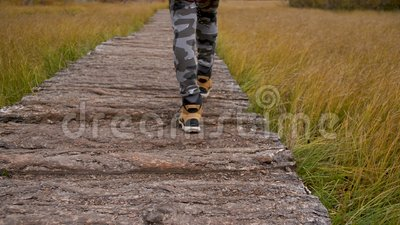 Man Walking Feet auf der Forststraße im Tal Wandern auf dem Gebirge stock video footage