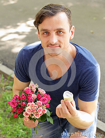 Free Man With A Bouquet Of Roses And A Diamond Ring Stock Photo - 72455500