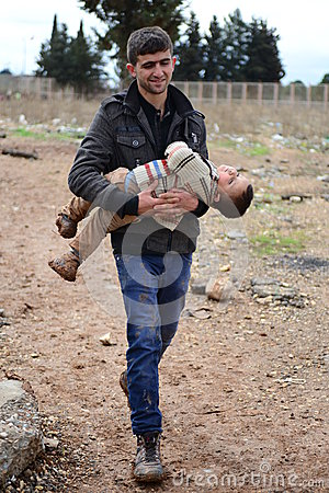 Free Man With His Child Illegaly Entering Turkey Royalty Free Stock Photography - 44513717