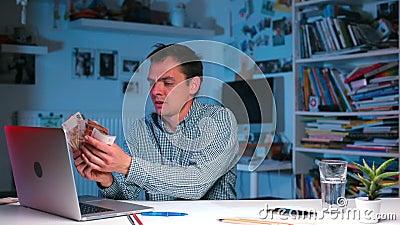 Manager calcola lo stipendio in contanti archivi video