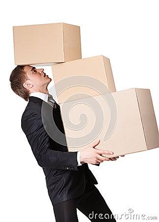 Manager, der Stapel der Pappekästen hält
