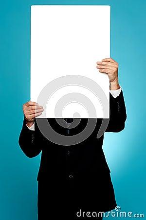 Manager die zijn gezicht achter witte banneradvertentie verbergt