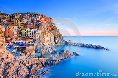 manarola dorf felsen und meer am sonnenuntergang cinque terre italien lizenzfreies stockfoto. Black Bedroom Furniture Sets. Home Design Ideas