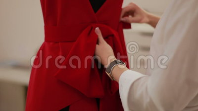 Manequim drapejando do fabricante da roupa de desenhador de moda no estúdio Desenhador de moda, alfaiate, costureira que ajusta a