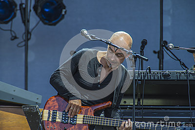 Manfred Mann s Earth Band, Steve Kinch playing bass-guitar