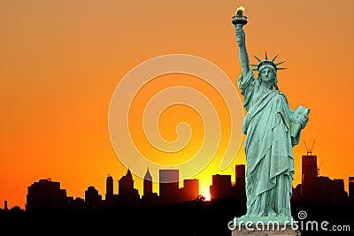 Manhattan horisont och statyn av frihet