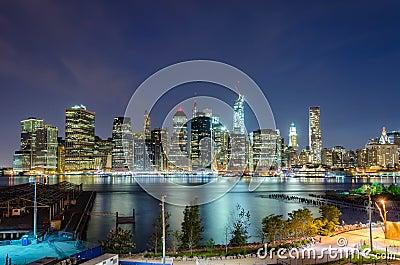 Manhattan linia horyzontu przy nocą