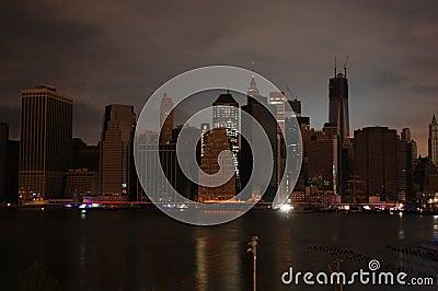 Manhattan oscura Imagen de archivo editorial