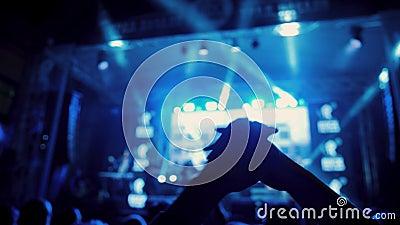Mani applaudite al concerto di rock notturno all'aperto, tra la folla stock footage