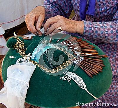 Mani che fanno il merletto di bobina