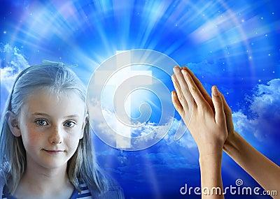 Mani del bambino della ragazza di preghiera