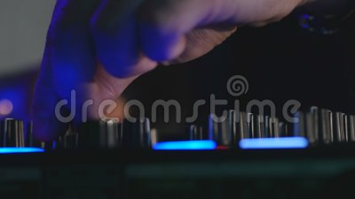 Mani del ` s del DJ che giocano miscela sulla scheda audio archivi video