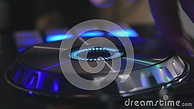 Mani dell'uomo che giocano miscela sulla scheda audio video d archivio