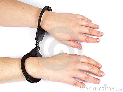 Mani femminili shackled in manacles